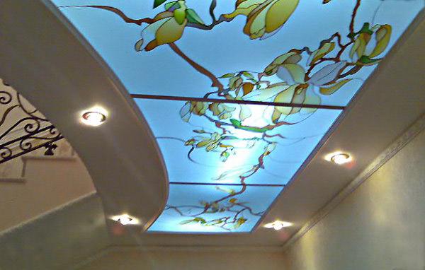 Потолок красивый, но с доступом для прокладки коммуникаций.